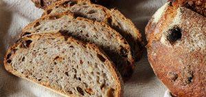 Pão integral com nozes e ameixa ao rum
